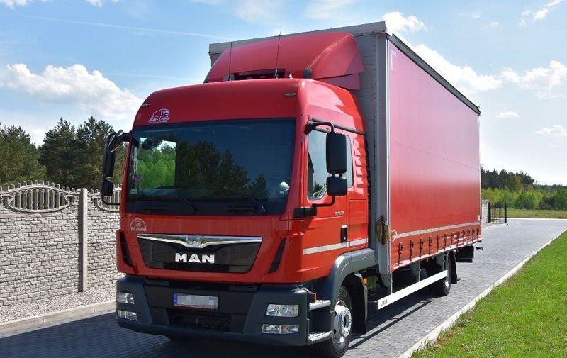 красный грузовик с прицепом