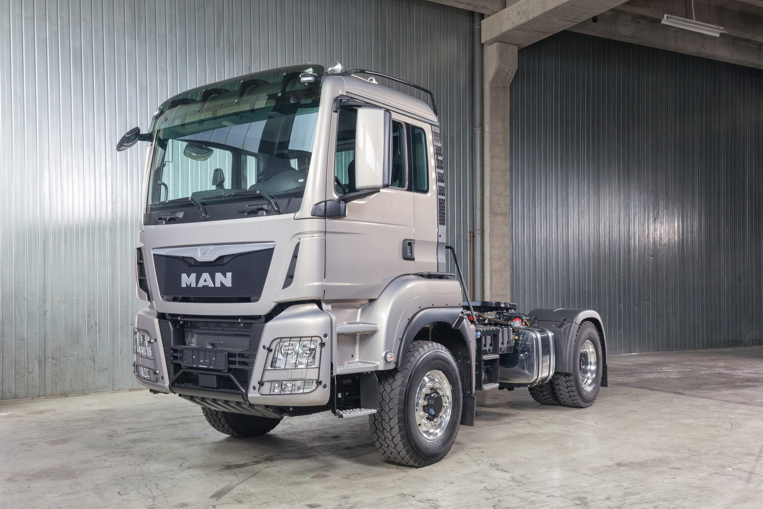 серый грузовик